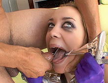 Complètement cinglée, elle sniffe du sperme